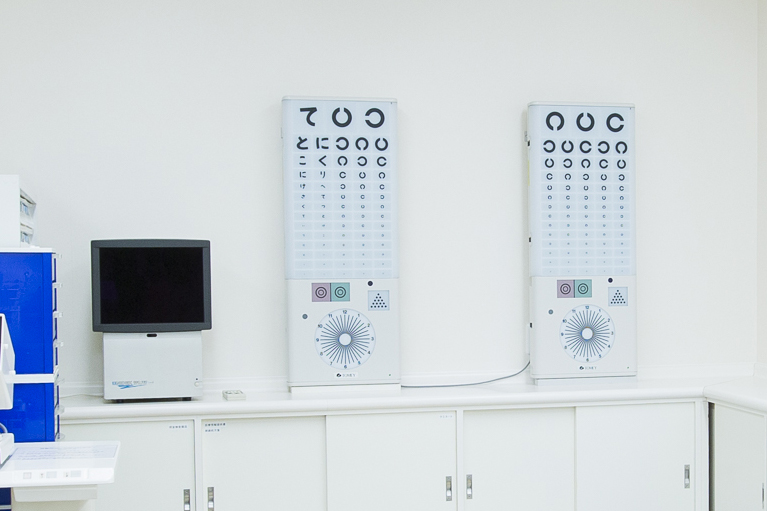 1m視力表(左)5m視力表(中央・右)視力を測定します