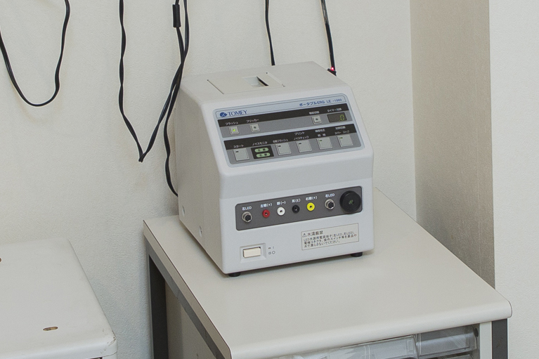 ERG(網膜電図検査)網膜の電位変化を測定します